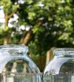 一套玻璃瓶子不同的大小准备好保存的季节的开始 免版税库存图片