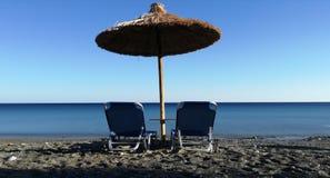 一套由海的轻便折叠躺椅 免版税库存照片
