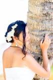 一套白色婚礼礼服的美丽的年轻新娘与在h的花束 库存照片