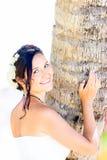 一套白色婚礼礼服的美丽的年轻新娘与在h的花束 免版税库存图片