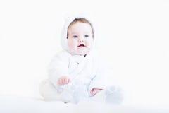 一套白色玩具熊雪衣服的甜婴孩 库存图片