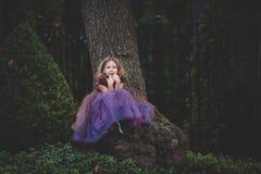 一套神仙的服装的小女孩走在街道上的在Hal期间 库存图片