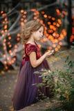 一套神仙的服装的小女孩走在街道上的在Hal期间 免版税库存图片