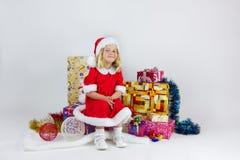 一套红色圣诞节服装的甜女孩 免版税库存照片
