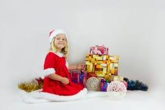一套红色圣诞节服装的甜女孩 库存照片