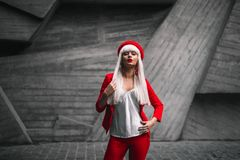 一套红色衣服的一个女孩 免版税图库摄影