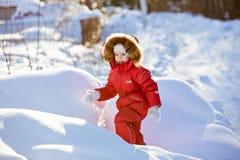 一套红色衣服的小非常逗人喜爱的女孩与毛皮在中的敞篷冬天 免版税库存图片
