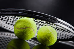 一套网球 羽毛球球金黄球拍shuttlecock 免版税库存图片