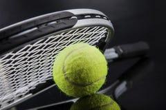 一套网球 羽毛球球金黄球拍shuttlecock 免版税图库摄影