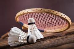 一套羽毛球 桨和shuttlecock 免版税库存图片