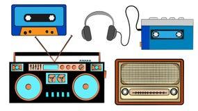 一套老减速火箭的葡萄酒行家音乐音响器材,从80 ` s, 90 ` s的电子:卡式磁带音频球员,音频casset 库存例证