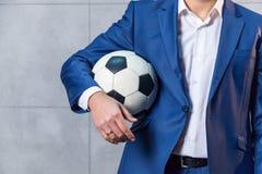 一套衣服的人与足球 库存图片