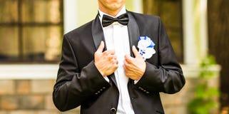 一套衣服的人与钮扣眼上插的花 免版税库存照片