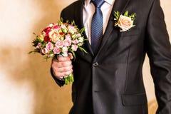 一套衣服的人与钮扣眼上插的花 库存图片
