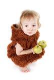 一套衣服的小滑稽的穴居人的男孩与肮脏的面孔吃苹果的 库存图片