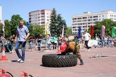 一套防火衣服的一位消防员跑并且转动大橡胶把消防竞争,白俄罗斯,米斯克, 08引入 08 2018年 库存图片