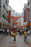 一套雄鸡服装的一个人,在Shangxia Jiu Lu 免版税库存照片