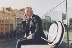 一套黑衣服的人谈话在电话 免版税库存图片