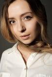 一女孩白肤金发调查的特写镜头画象照相机 免版税库存图片