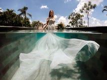 一婚纱的新娘在游泳场 免版税库存图片