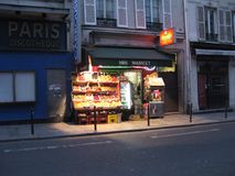 一安静的shopfront在一个晚上在巴黎 库存照片