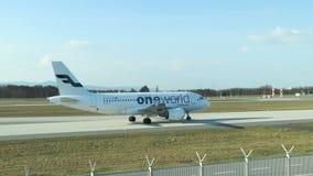 一家世界联盟航空公司乘出租车的飞机  股票视频