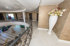 一家五星旅馆的大厅的第二个水平在Kranevo,保加利亚 免版税库存图片