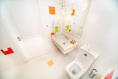 一家五星旅馆的标准屋子的卫生间在Kranevo,保加利亚 免版税库存照片