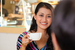 一家亚洲咖啡店的少妇 免版税库存照片