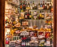 一家具体西班牙老商店的外部陈列室用食物和 免版税库存照片