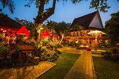 一家典雅和典型的泰国餐馆在清迈在夜之前,泰国 库存照片