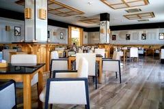 一家咖啡店的内部在一种热带手段的 免版税库存照片