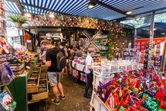 一家商店的内部看法在的花市场Bloemenmarkt上 免版税库存照片