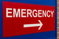 一家地方医院的XVIII红色紧急入口标志 免版税库存图片