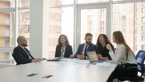 一家大公司的办公室工作者、雇员,两个年轻人和三个少妇讨论牢固的` s问题,结尾  影视素材
