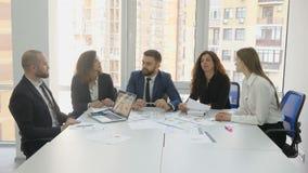 一家大公司的办公室工作者、雇员,两个年轻人和三个少妇,其中一个人提出他的提案 股票录像