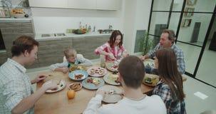 一家大公司的吃饭时间在厨房里他们吃和采取从上面的健康食品录影 4K 射击在红色 影视素材