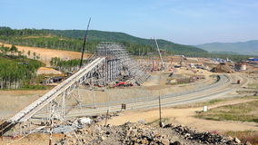 一家大工厂的建造场所的概要全景山脉的 股票视频