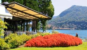 一家室外餐馆有在科莫湖,意大利的美丽的景色 库存照片