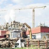 一家家具工厂的工厂设备有抽烟的烟窗的 免版税库存图片
