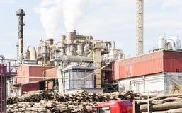 一家家具工厂的工厂设备有抽烟的烟窗的 库存图片