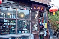 一家小中国古董店在Beijng 库存图片