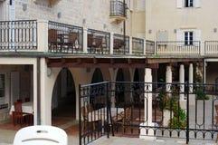 一家小旅馆的庭院的内部在黑山 库存图片