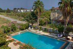 一家小旅馆,一张顶视图的客人的空的游泳池 库存照片