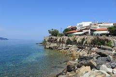 一家小沿海岸区餐馆在希腊 图库摄影