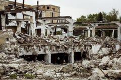 一家工厂的被破坏的大厦有具体垂悬的在电枢 免版税库存图片
