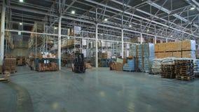一家巨大的杂货店 在光滑的地板上是有物品的卡车 股票视频