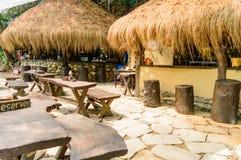 一家很好装饰的Eco友好的餐馆的外部 免版税库存图片