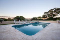 一家房子或旅馆的水池有庭院的 图库摄影