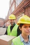 一家批转的公司的两名工作者作为送货服务的 库存图片